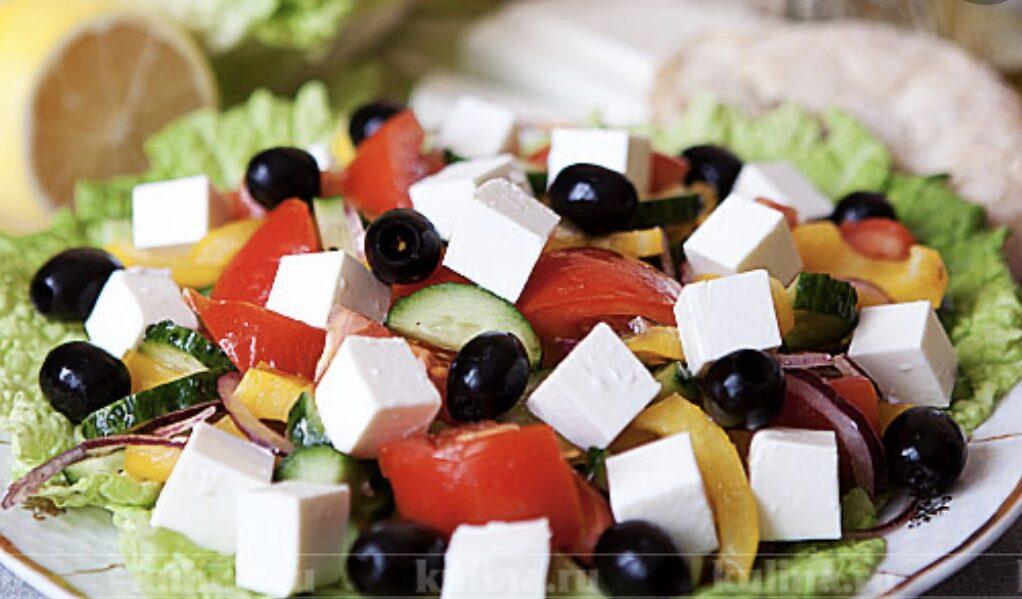 Grieķu salāti ar mūsmājas pesto